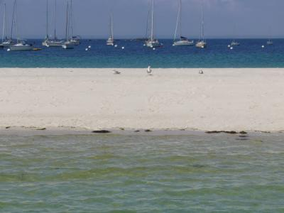 Sable clair, eau turquoise, bateaux au mouillage, on est toujours en France...